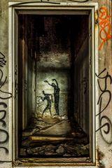 Unheimliche Geister in verlassener Fabrikhalle
