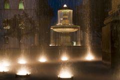 Uni-Brunnen bei Nacht
