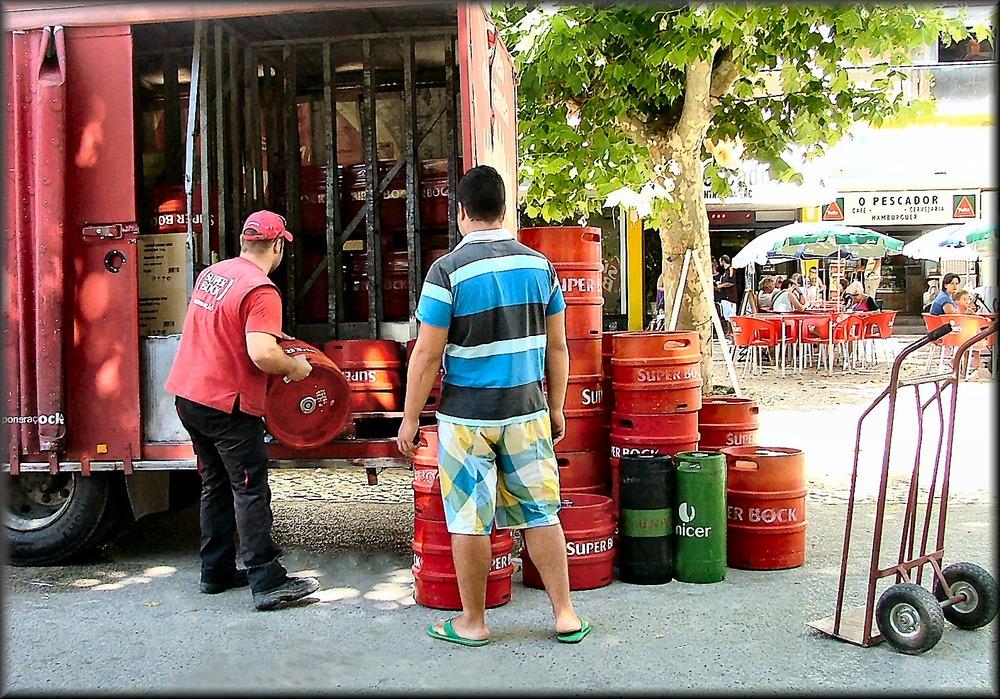 Uno lavora , altro guarda ed un terzo fotografa...questo è Portugal