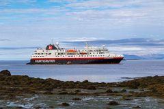 """""""Unser Schiff"""", die MS Spitsbergen vor der Insel Flatey"""