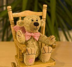Unser Teddy Pablo in seinem Schaukelstuhl