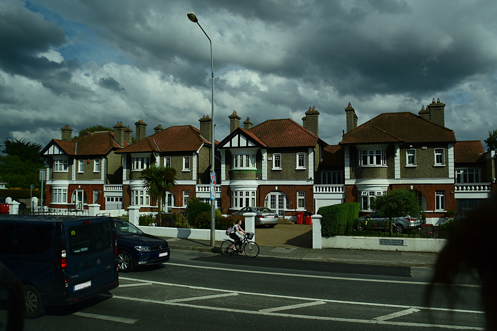Unsere Irland-Rundreise: Wolkenspiele über einem Wohnviertel in Dublin