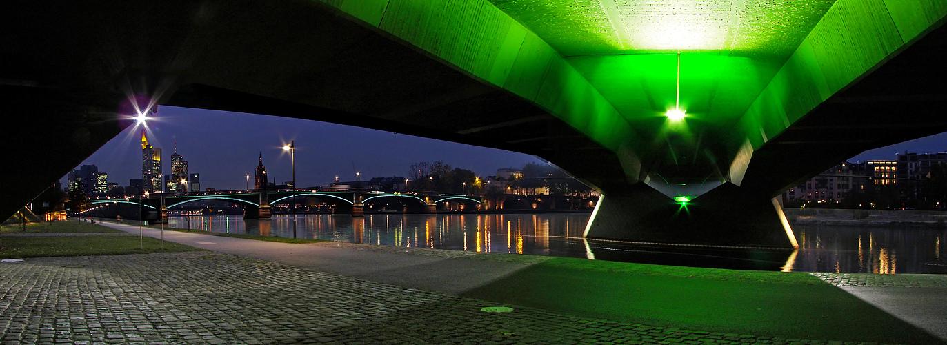 Unter den Brücken von Frankfurt