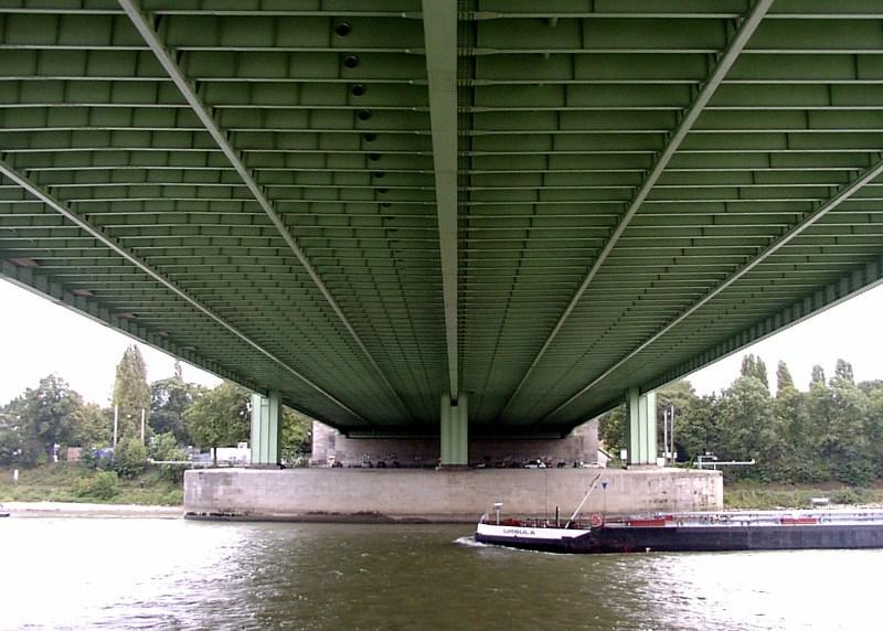 Unter den Brücken von Köln