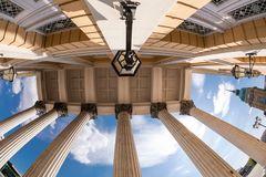 Unter den Säulen