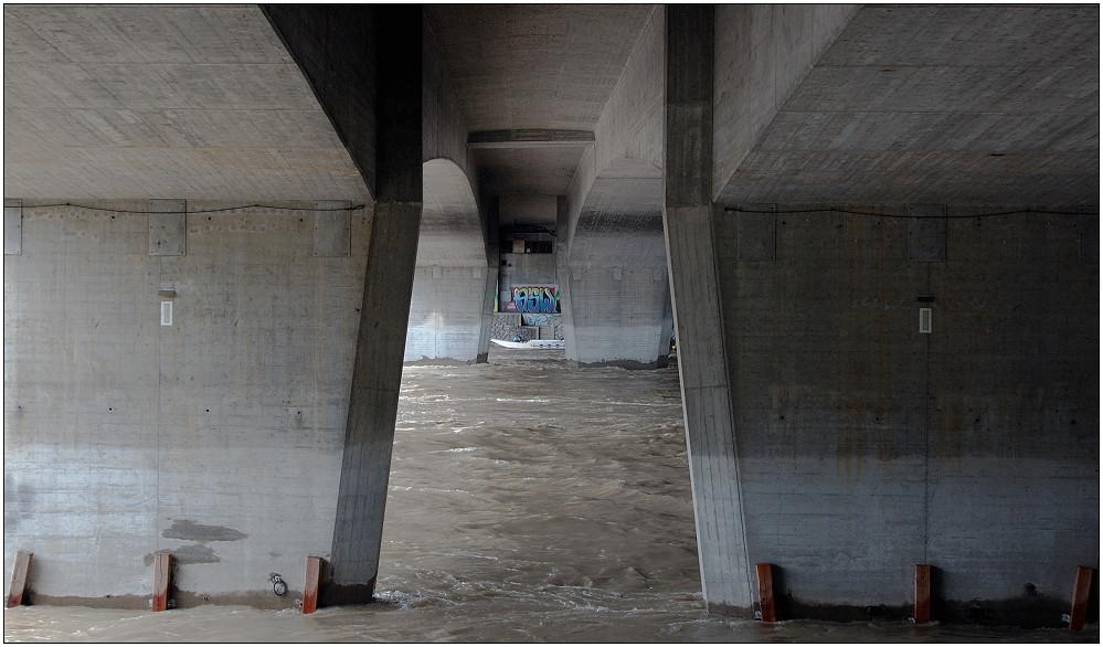... unter der Brücke regnet es wenigstens nicht ...
