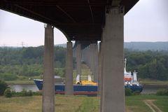 Unter der Brücke , über dem Kanal