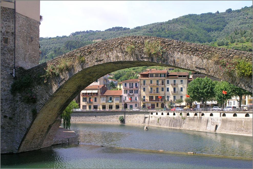 Unter der Brücke von Dolceaqua