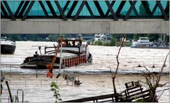 ... unter der Dreirosenbrücke wird es eng ...