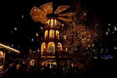 Unter der Weihnachtspyramide in München