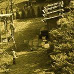 unter tatkräftiger Mithilfe in den Gärten am Hang