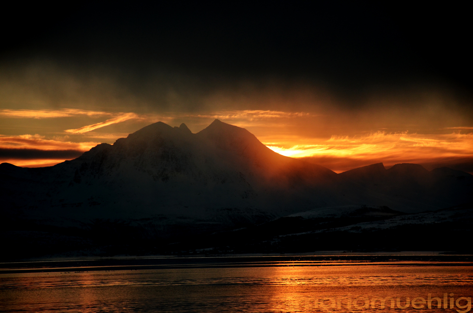 Untergehende Sonne hinter den Bergen