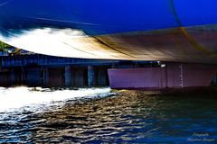 Unterm Container-Schiff am Heck