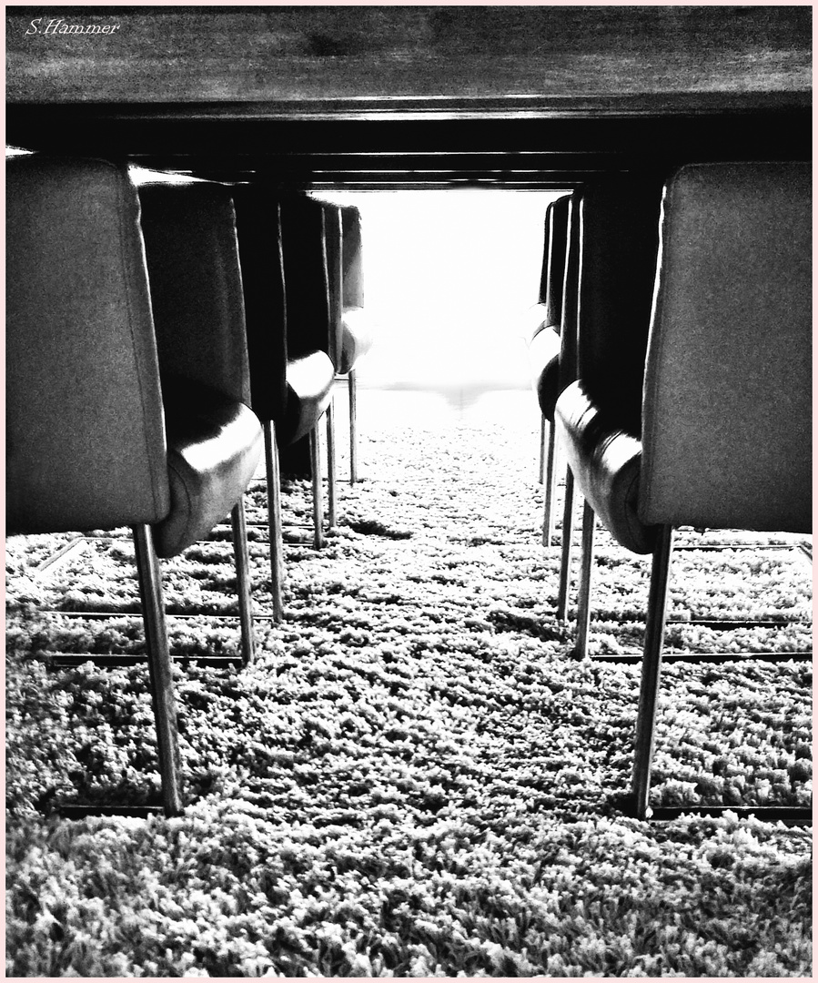 Unterm Tisch