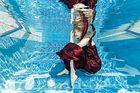 Unterwasserfotografie des Models auf der Treppe