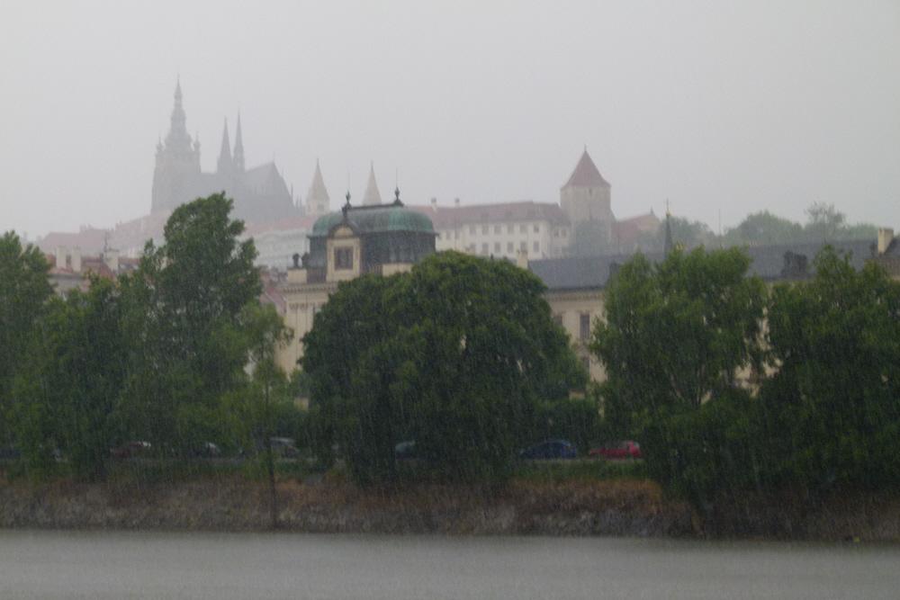 Unwetter um die Prager Burg