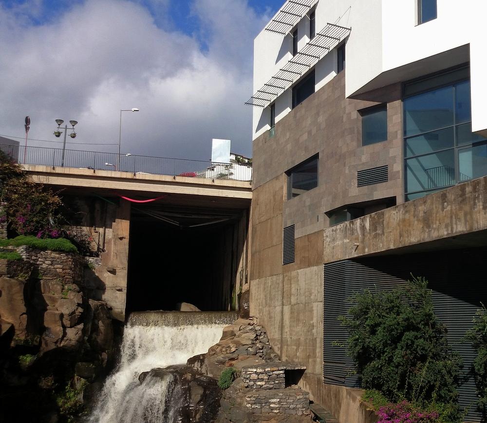 Urbaner Wasserfall