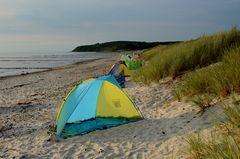 Urlauber resavieren Strandplätze für ihren Urlaub..typisch Deutsch