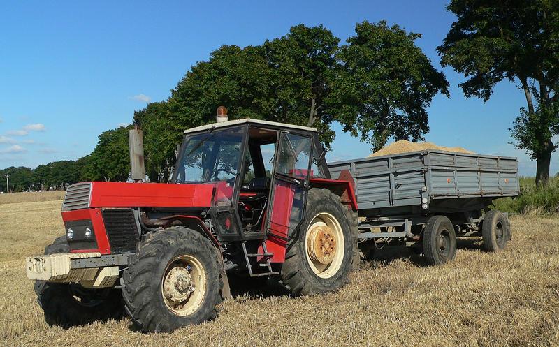 Ursus Traktor bei der Ernte
