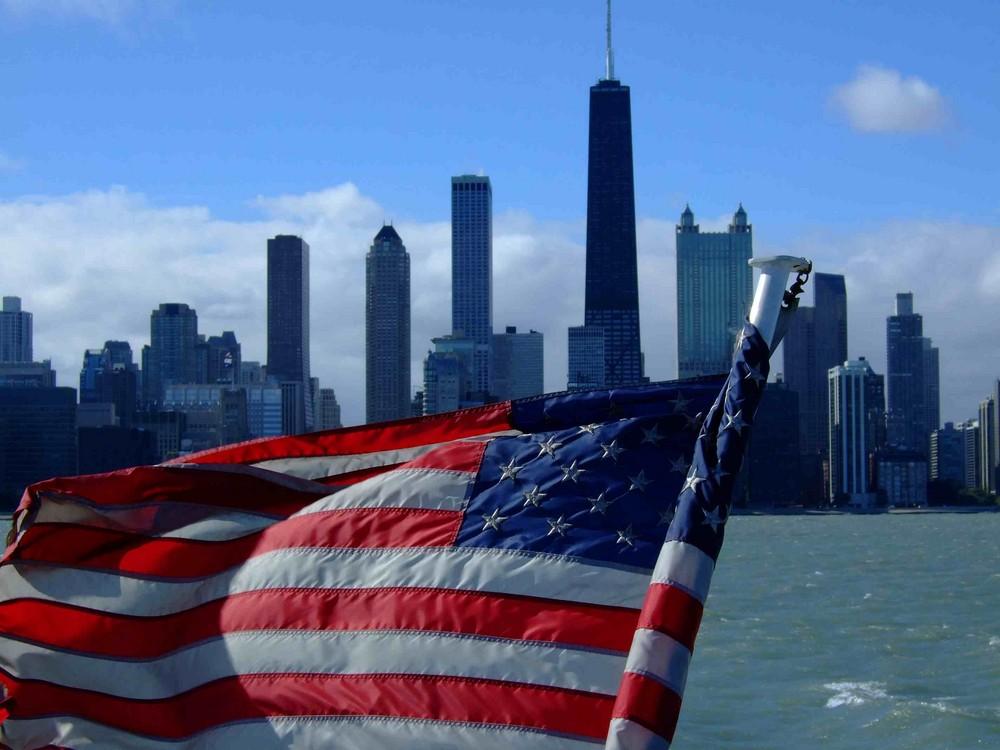 US Flagge vor der Skyline von Chicago