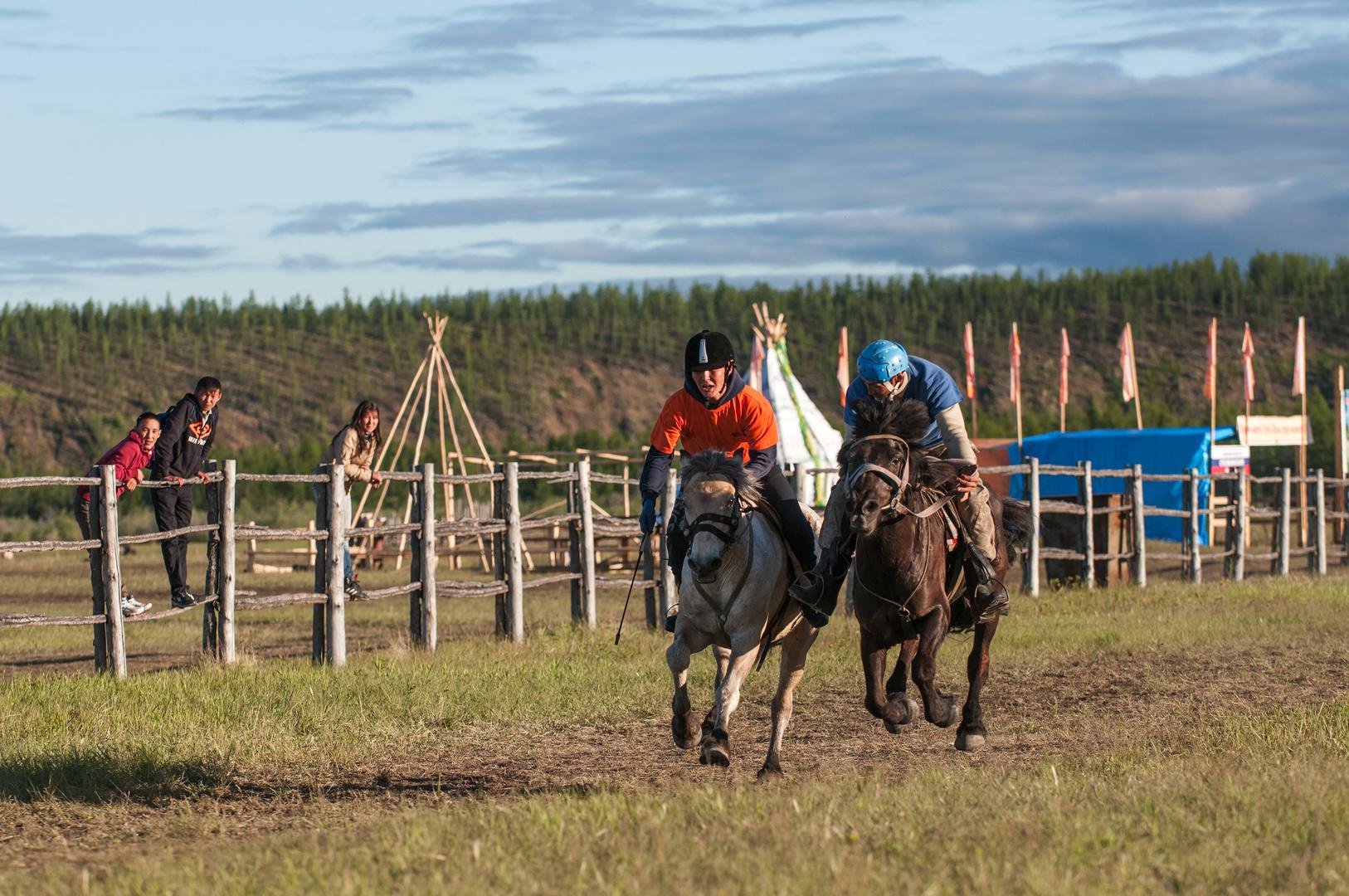 Uysuyakh Festival Jakutien Pferderennen