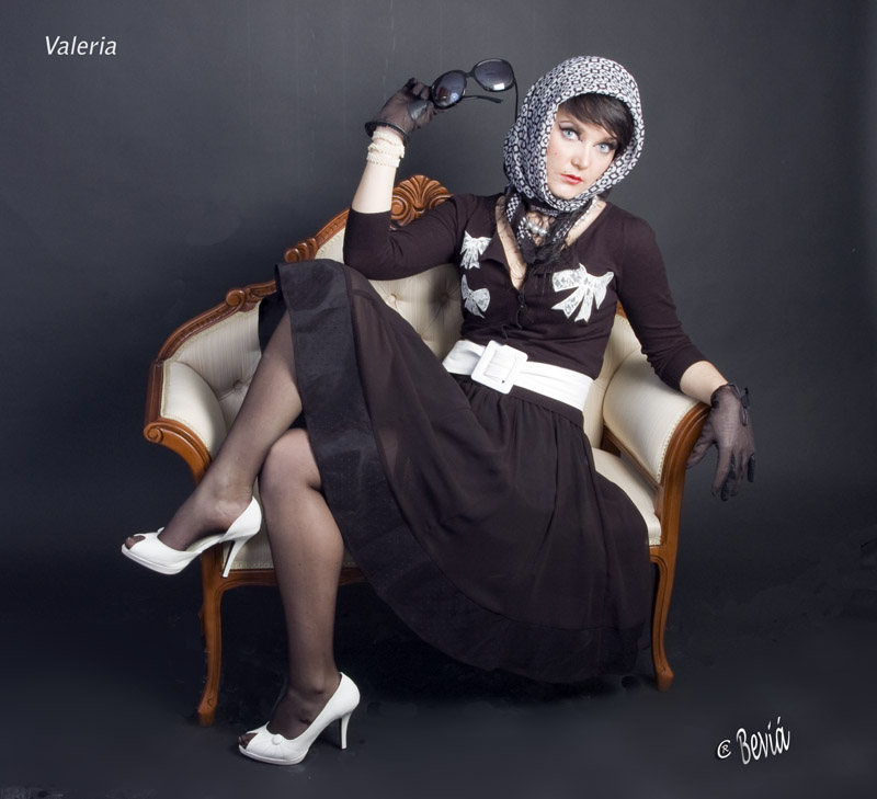 Valeria, de negro