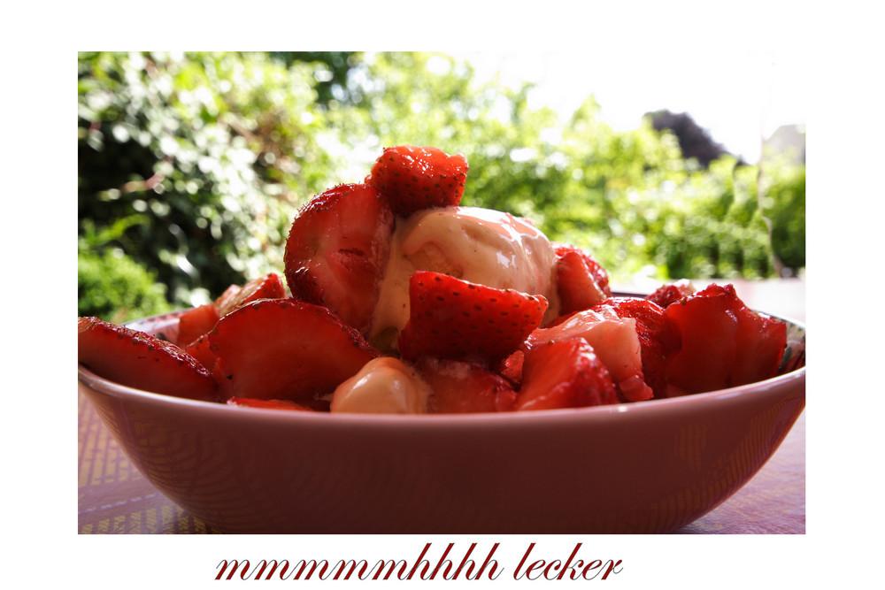 Vanilleeis mit lecker Erdbeeren