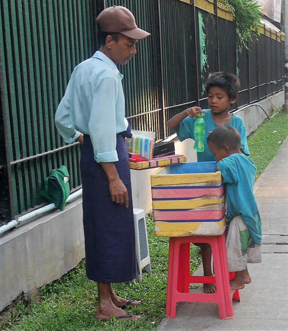 Vater mit Söhnen - Barfuß in Stadt