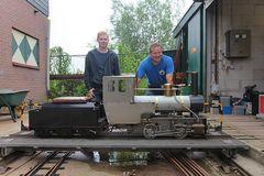 Vater und Sohn mit Selbstbau-Dampflok