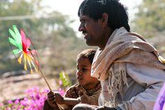 Vater und Sohn mit Windrad India