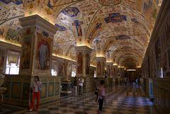 Vatikan - Bibliothek (und meine Frau in rot)