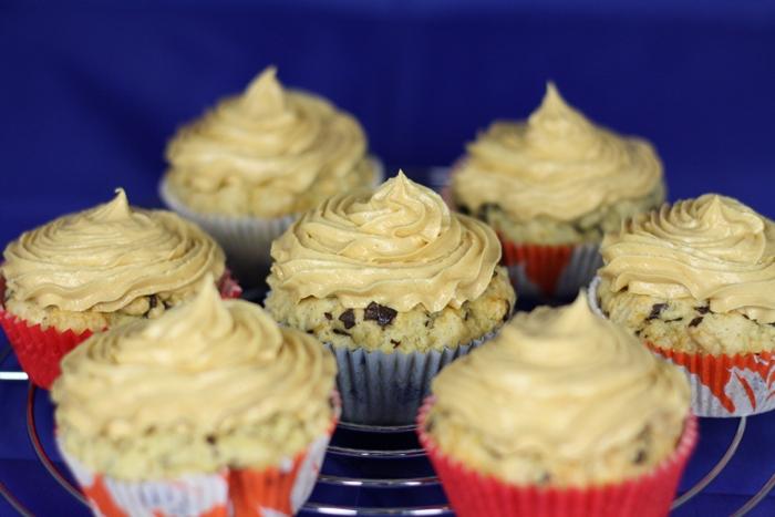 vegane Schokosplittercupcakes mit Erdnusstopping