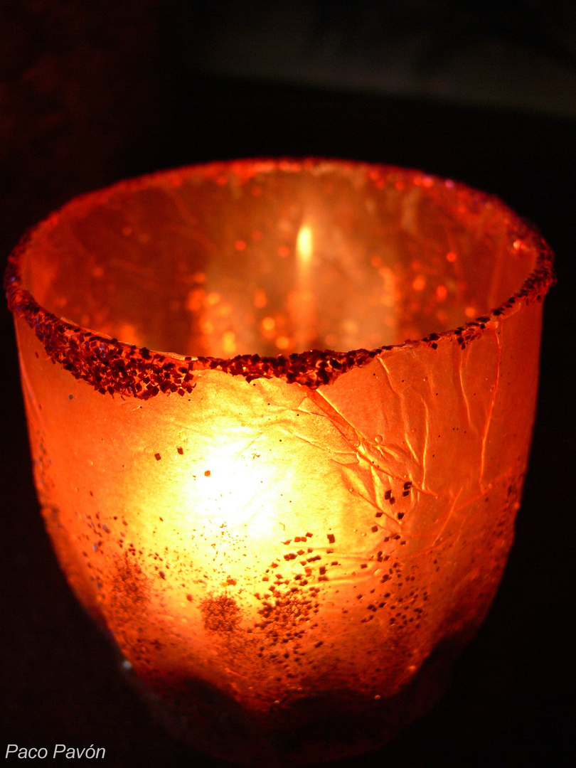 Vela en un vaso rojo / Bougie dans un verre rouge.