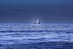 vele in mezzo al blu