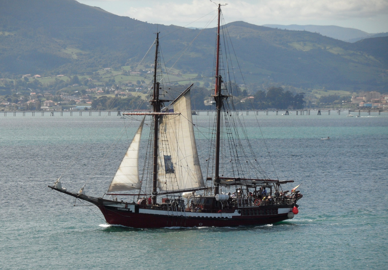 Velero surcando la bahia de Santander