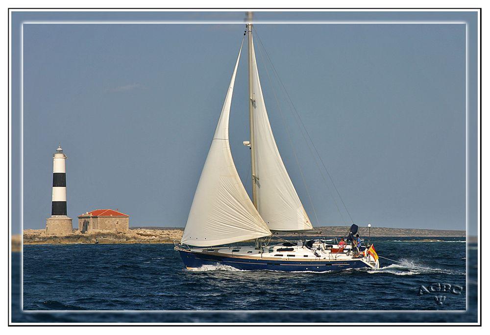 Velero y faro en Formentera (Ibiza)