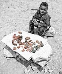 vendeur de pierres colorées