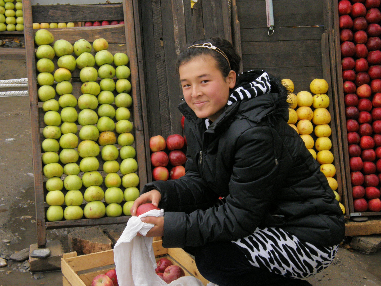 venditrice di mele sulla strada per Samarcanda