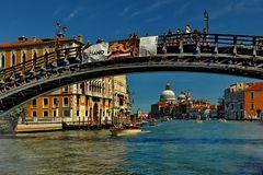 Venedig  - Brücke bei der Accademia -