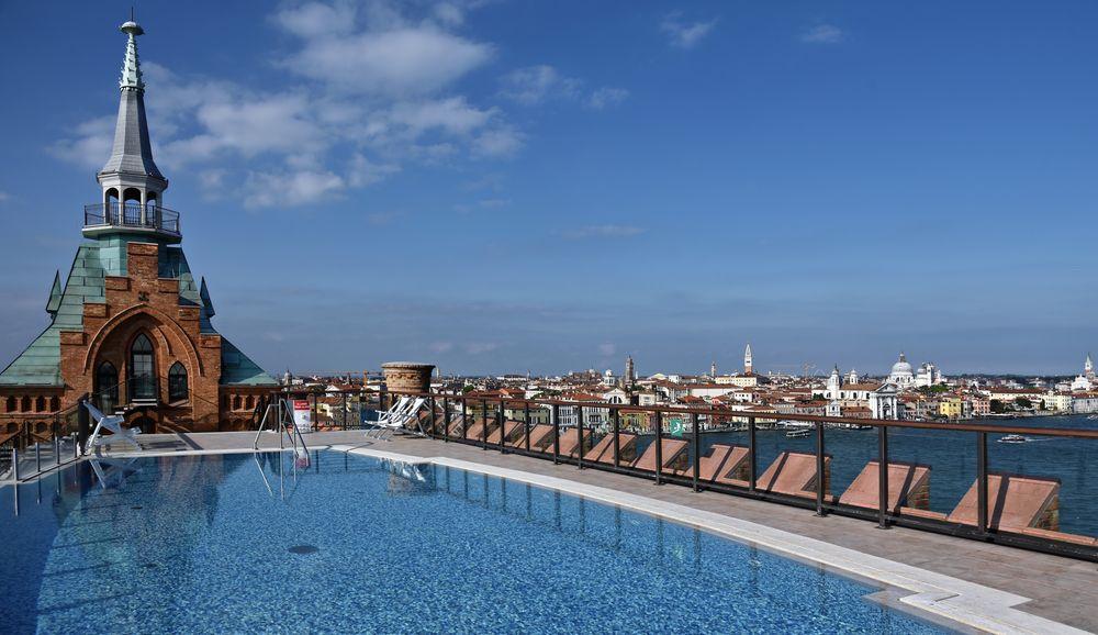 VENEDIG  - Cooler Hotel-Pool in luftiger Höhe -