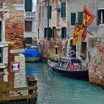 Venedig fast menschenleer und Gondeln tragen Trauer