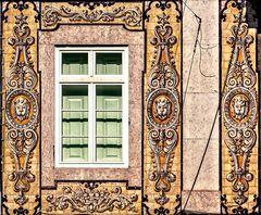 ventana entre azulejos