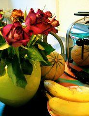verblühte rosen, bananen und melone an toaster...
