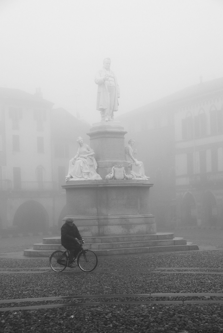 Vercelli, nebbia in piazza Cavour