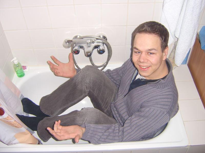 Verdammt kleine badewanne foto bild erwachsene for Kleine badewannen