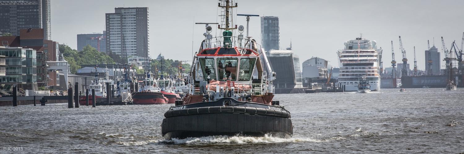 Verfolgung - Bugsier Hafenschlepper in Hamburg