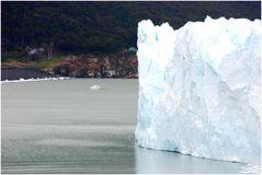 Vergleich- Perito Moreno Gletscher mit Touri-Boot