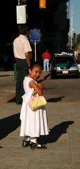Vergnügte Kleine Lady