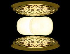 Verharrend-schwebende Lichtkissen zwischen Spiegelornamenten