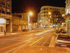 Verkehr in Lissabon bei Nacht
